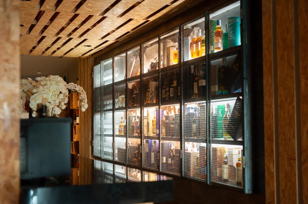 Instinto Carnívoro barra de whisky
